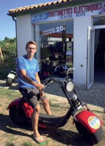 Quentin Frances, gérant de Ocean Rider's Shop sur l'une des trottinettes électriques Road Runner