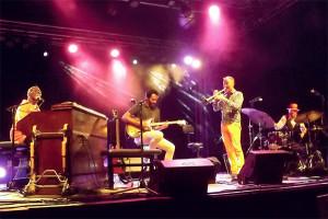 Lucky Peterson joue sur l'orgue Hammond B3 et ses musiciens