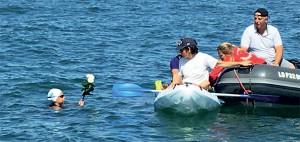 A mi-chemin, Manon offre des roses à l'océan