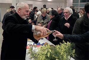 Michel Auclair offre le verre de l'amitié.