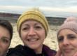 Une Maritaise et deux amies sur la ligne de départ d'un trek au Maroc